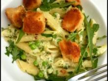 Penne mit Zucchini-Erbsen-Soße und panierten Feta-Würfeln - Rezept