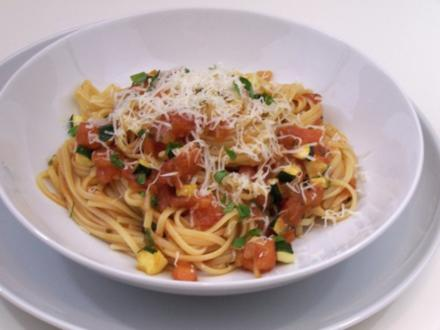 Nudeln mit leichter Tomaten-Zucchini-Soße - Rezept