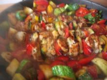 Sommerliche Hähnchenspieße auf  buntem Gemüse - Rezept