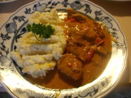 Paprika-Gulasch mit Sellerie-Kartoffelstampf - Rezept