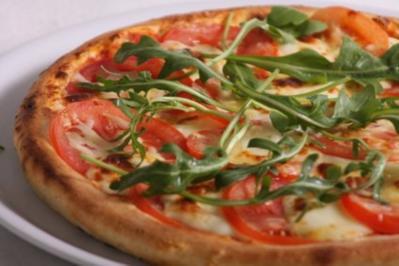Pizza mit frischen Tomaten, Rucola und geräucherter Putenbrust - Rezept