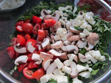 Rucola-Mozzarella-Salat mit Champignons und Tomaten - Rezept