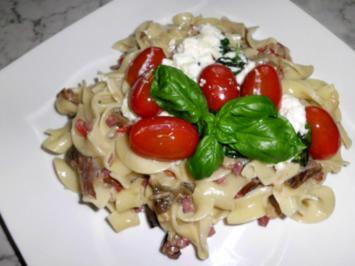 Pasta in einer Schinken-Pilz-Sahne Sauce, dazu Schafskäse, Tomaten mit Basilkum - Rezept