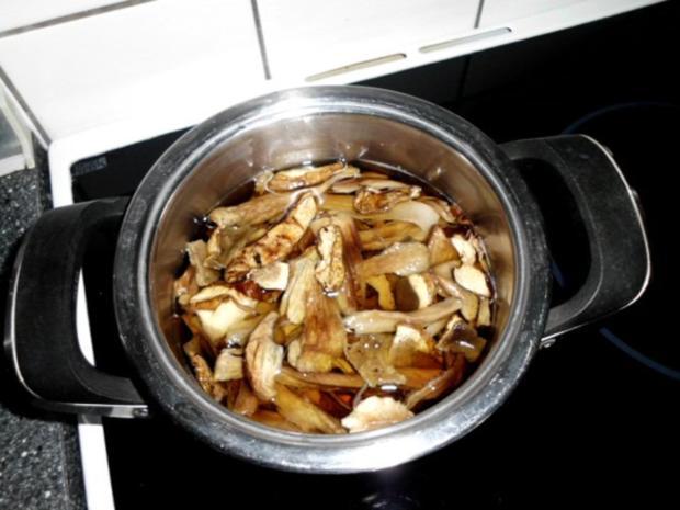 Pasta in einer Schinken-Pilz-Sahne Sauce, dazu Schafskäse, Tomaten mit Basilkum - Rezept - Bild Nr. 2