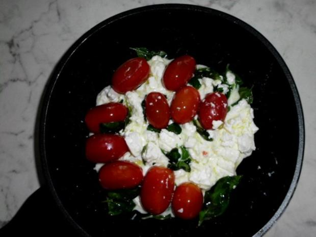 Pasta in einer Schinken-Pilz-Sahne Sauce, dazu Schafskäse, Tomaten mit Basilkum - Rezept - Bild Nr. 12