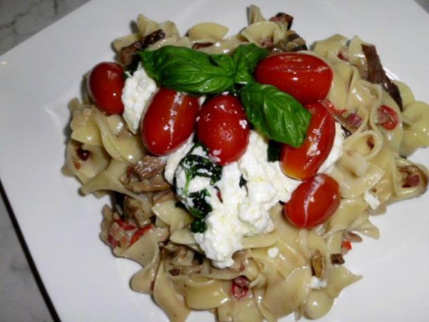 Pasta in einer Schinken-Pilz-Sahne Sauce, dazu Schafskäse, Tomaten mit Basilkum - Rezept - Bild Nr. 13