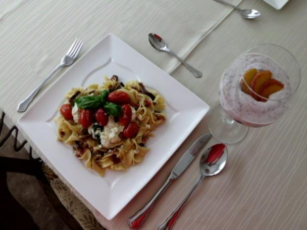 Pasta in einer Schinken-Pilz-Sahne Sauce, dazu Schafskäse, Tomaten mit Basilkum - Rezept - Bild Nr. 14