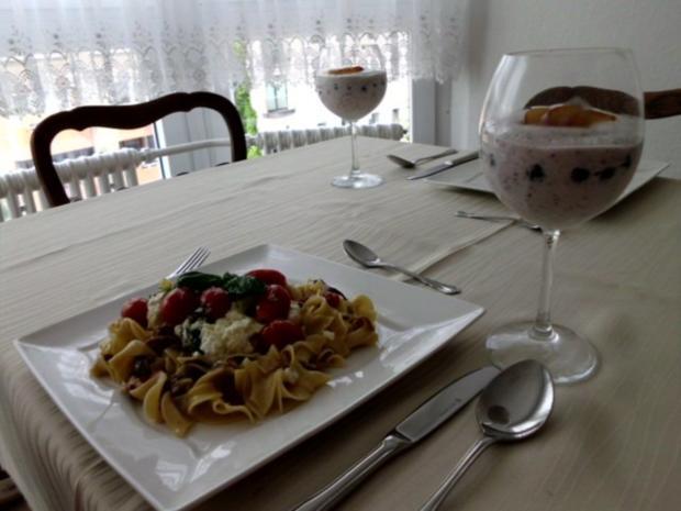 Pasta in einer Schinken-Pilz-Sahne Sauce, dazu Schafskäse, Tomaten mit Basilkum - Rezept - Bild Nr. 15