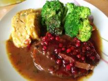 Rinderbraten in Preiselbeersauce und Zwiebelsemmelknödel und Broccoligemüse - Rezept