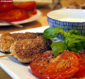 Sesam-Hähnchenspieße mit Senf-Honig-Dip und gebratenen Tomaten - Rezept