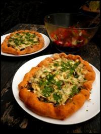 Zucchini-Pilz-Pizza mit Käserand - Rezept