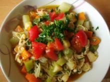 Bunte Gartensuppe mit Huhn und Mie-Nudeln - leicht verschärft - Rezept