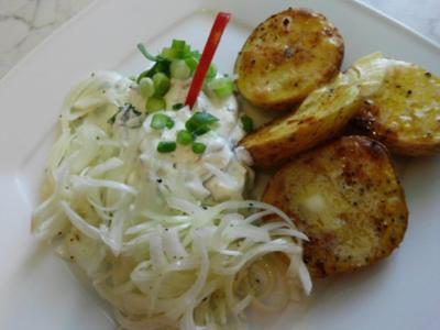 Enikös Backkartoffeln mit Kräuterquark, dazu Zwiebelsalat - Rezept