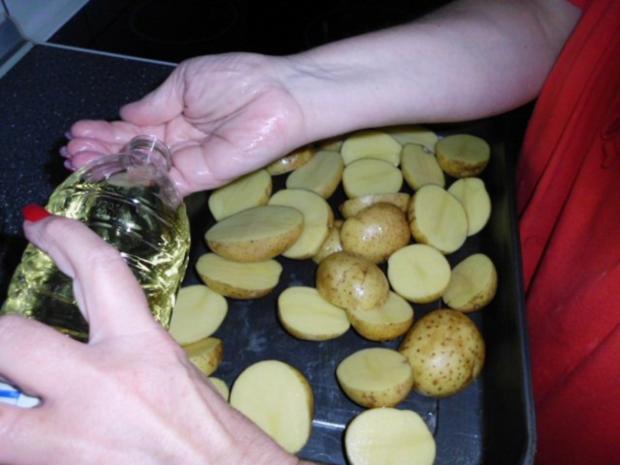 Enikös Backkartoffeln mit Kräuterquark, dazu Zwiebelsalat - Rezept - Bild Nr. 2