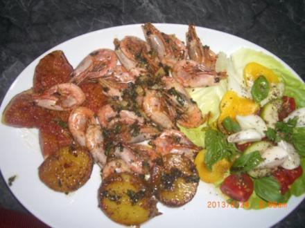 Garnelenplatte mit gebratener Feige, griechischem Salat und Bratkartoffeln - Rezept