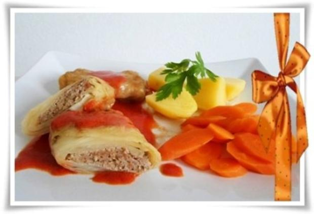 Kohlrouladen mit Tomatensauce, Salzkartoffeln und Möhren - schonend gegart. - Rezept