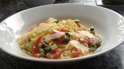 Pasta mit Sauce aus ungekochten Tomaten - Rezept