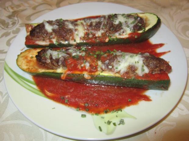 Gefüllte Zucchini in Tomatensoße - Rezept