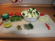 Zucchini mit Tomaten, Zuckerschoten und Kapern - Rezept
