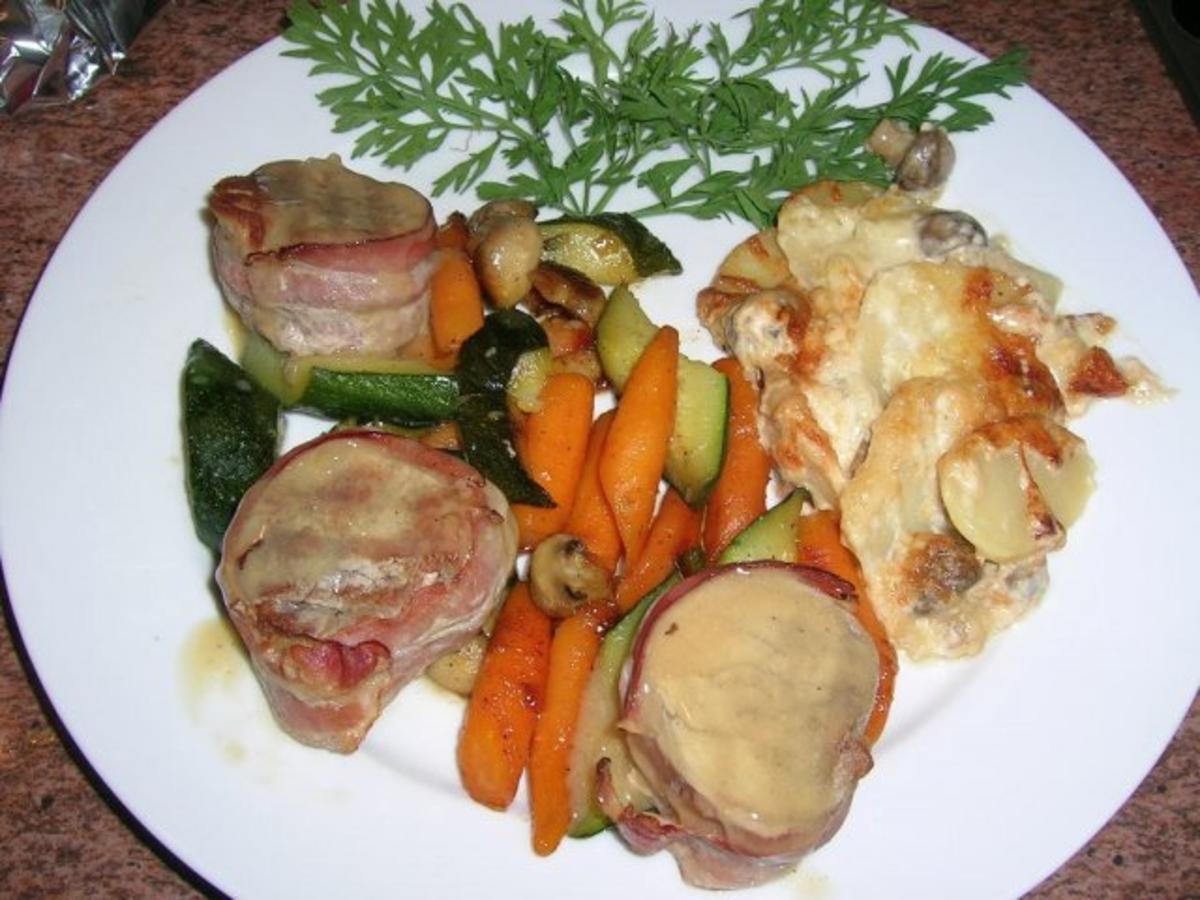 schweinemedaillons mit zucchini m hren und champignon gratin rezept. Black Bedroom Furniture Sets. Home Design Ideas