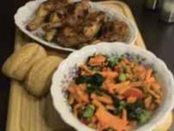 Huhn: Knusprige Keulen mit knackigem Gemüse - Rezept