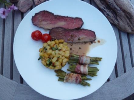 Roastbeef mit grüner Pfeffersoße, Würzkartoffeln und Pinzessbohnen im Speckgürtel - Rezept