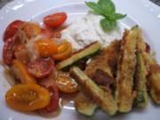 Gemüse: Panierte Zucchinisticks mit warmem Tomatensalat - Rezept