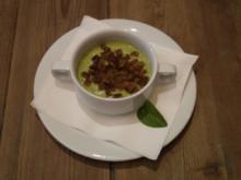 Zucchinicremesuppe mit Vinschger Paarlbrot-Croutons - davor Camembert in Zucchini - Rezept