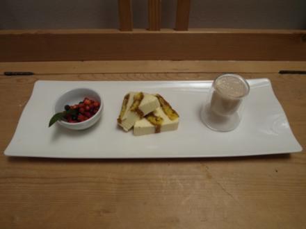 Tiramisu-Terrine auf marinierten Waldfrüchten und Bananen-Frappé - Rezept