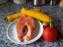 Lachssteak auf Gemüsebett - Rezept