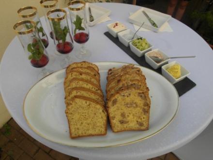 Lachs-Avocado-Tartar mit Wasabieis - Davor Himbeer-Minz-Secco, Brot, Butter und Salz - Rezept