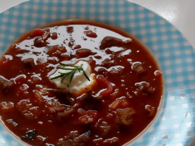 Suppen/Eintöpfe: Würzig-scharfe Gulaschsuppe mit Pfifferlingen, Zucchini und Paprika - Rezept
