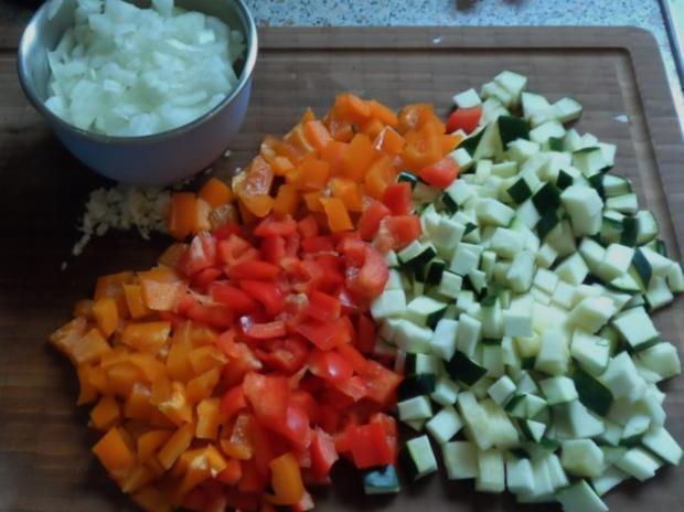 Suppen/Eintöpfe: Würzig-scharfe Gulaschsuppe mit Pfifferlingen, Zucchini und Paprika - Rezept - Bild Nr. 3