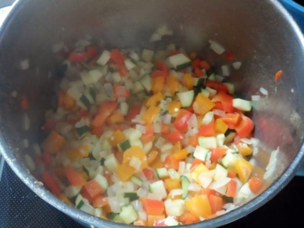 Suppen/Eintöpfe: Würzig-scharfe Gulaschsuppe mit Pfifferlingen, Zucchini und Paprika - Rezept - Bild Nr. 5