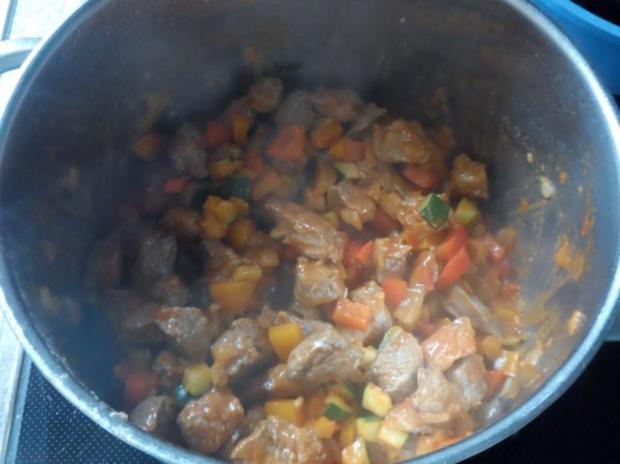 Suppen/Eintöpfe: Würzig-scharfe Gulaschsuppe mit Pfifferlingen, Zucchini und Paprika - Rezept - Bild Nr. 6