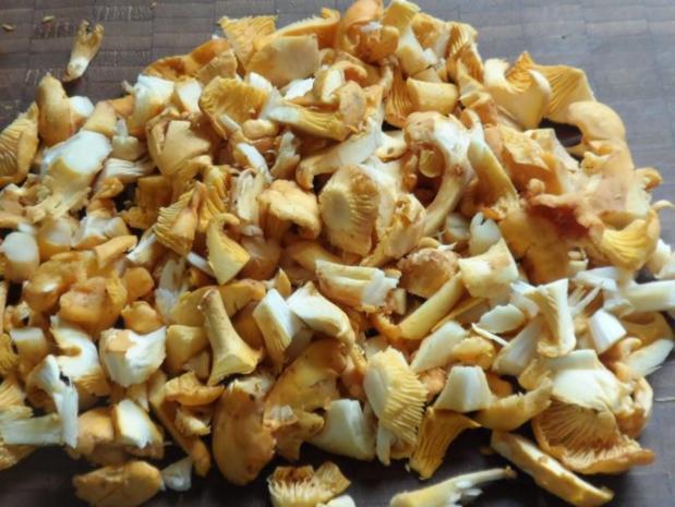 Suppen/Eintöpfe: Würzig-scharfe Gulaschsuppe mit Pfifferlingen, Zucchini und Paprika - Rezept - Bild Nr. 8