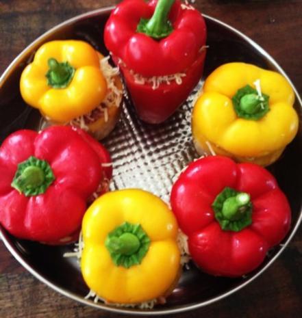 Paprika gefüllt mit Rinderhack-Reis-Füllung  an Tomatenreis - Rezept - Bild Nr. 2