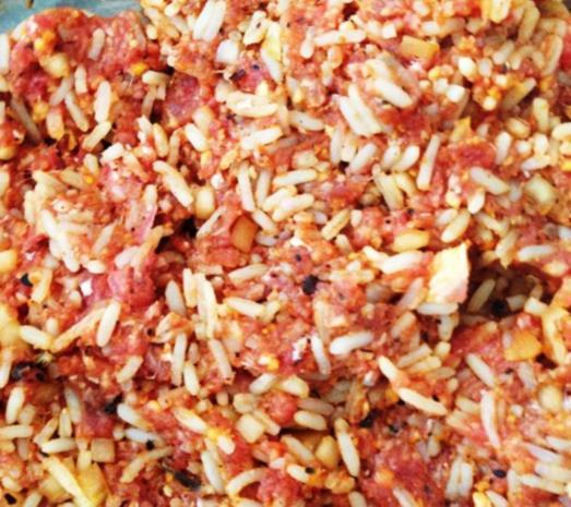 Paprika gefüllt mit Rinderhack-Reis-Füllung  an Tomatenreis - Rezept - Bild Nr. 3