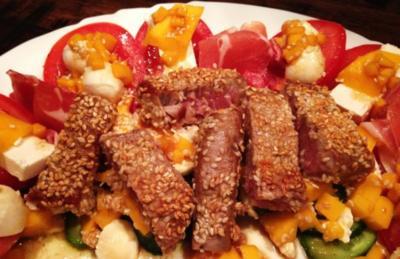 Thunfisch in Sesammantel auf Mango-Gurken - Rezept