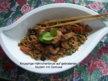 Knusprig gebratene Hähnchenbrust auf gebratenen Chinanudeln - Rezept