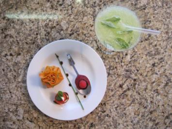 Kressesüppchen mit gebackenem Wachtelei und davor Mojito und  Crepebeutelchen - Rezept