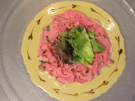 Kalbsfilet im Kräutermantel mit Thunfisch-Basilikumsoße davor Melone mit rohem Schinken - Rezept