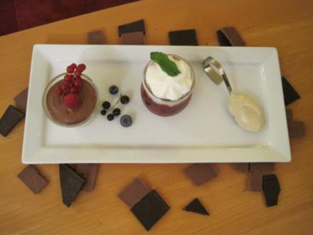 Beerengazpacho mit Holunderblüten-Espuma, dreierlei Mousse im Glas und Tonkabohnen-Eis - Rezept
