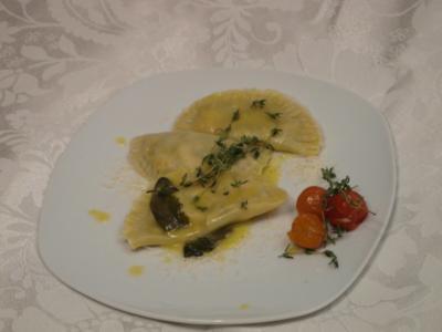 Selbstgemachte Lachs-Spinat-Ravioli in Salbeibutter - Rezept