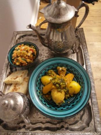 Tajine mit Hähnchenkeule, Gemüse und Couscoussalat, dazu Taschnift - Rezept