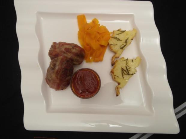 Mini Bacon Bombs dazu Rosmarinkartoffeln aus der grünen Hölle und gebratene Karottenstreif - Rezept