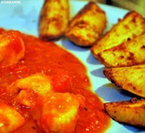 Hähnchen in fruchtiger Tomate mit Kartoffelwedges - Rezept