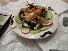 """Geflügelspießchen im Salatbett mit """"scharfem Friesen"""" - Rezept"""
