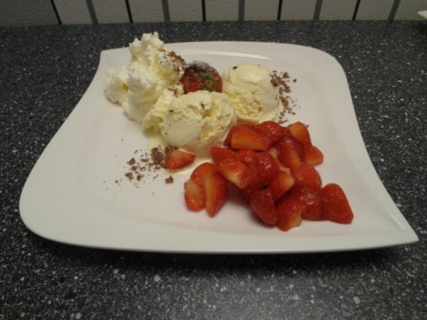 Vanilleeis aus eigener Herstellung garniert mit frischen Erdbeeren und Sahne - Rezept