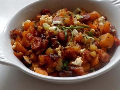 Gekräuterte Kürbis-Kartoffel-Pfanne mit Cabanossi und Feta - Rezept